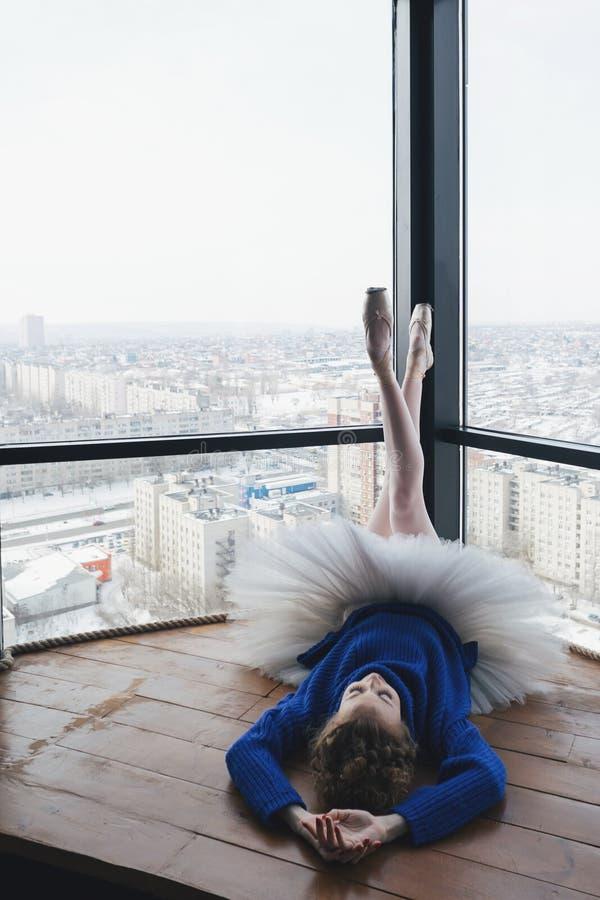 羊毛毛线衣和芭蕾芭蕾舞短裙的芭蕾舞女演员 免版税库存照片