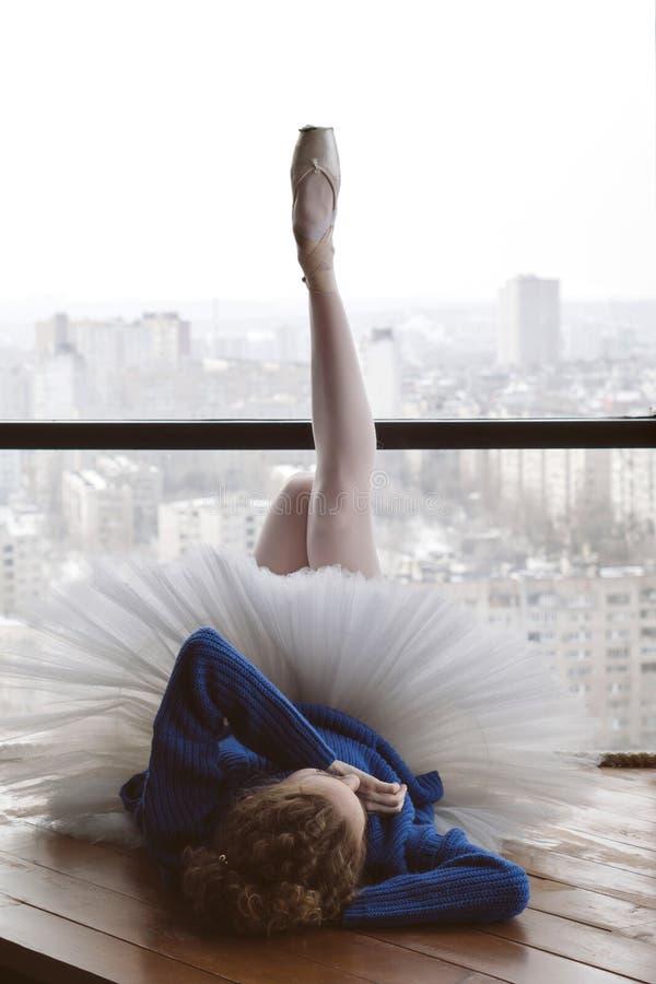羊毛毛线衣和芭蕾芭蕾舞短裙的芭蕾舞女演员 免版税库存图片