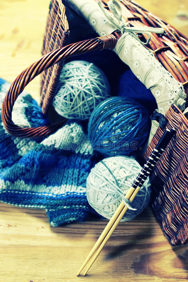 羊毛球和编织针 免版税库存照片