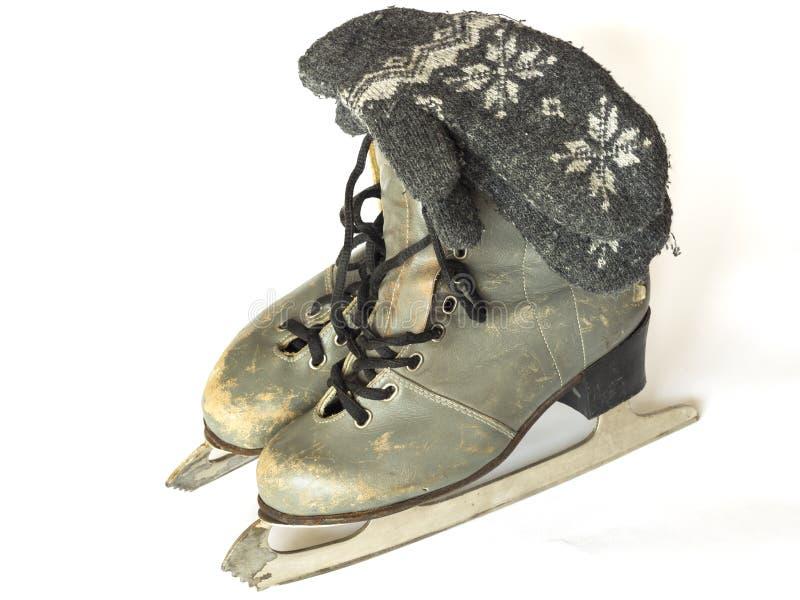 羊毛老冰鞋和手套在白色背景的 免版税库存照片