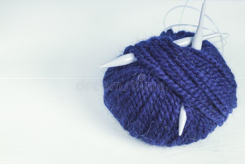 羊毛蓝色球编织的 图库摄影