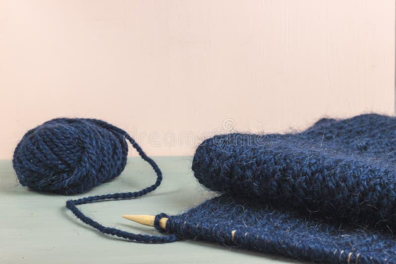 羊毛蓝色球编织的 yern的羊毛 库存图片