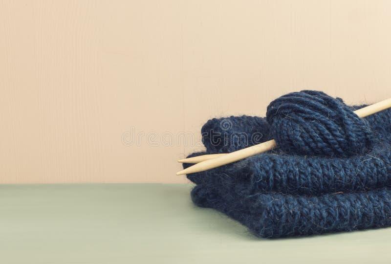羊毛蓝色球编织的 yern的羊毛 免版税库存图片