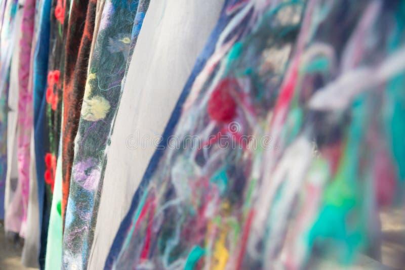 羊毛scarfes照片在干燥桥梁旧货市场的在图表和网络设计的第比利斯,网站或流动应用程序的 免版税图库摄影
