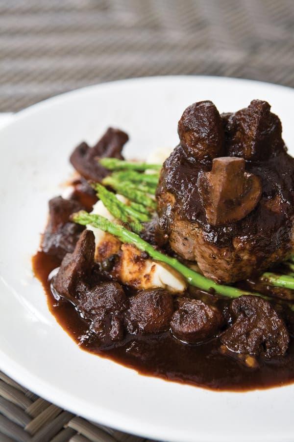 羊羔牛肉里脊肉牛排用芦笋 免版税库存图片