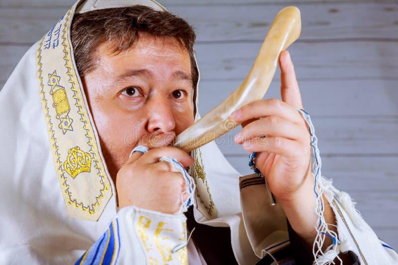 羊角号在白色背景- rosh hashanah jewesh假日概念的一tallit 库存照片