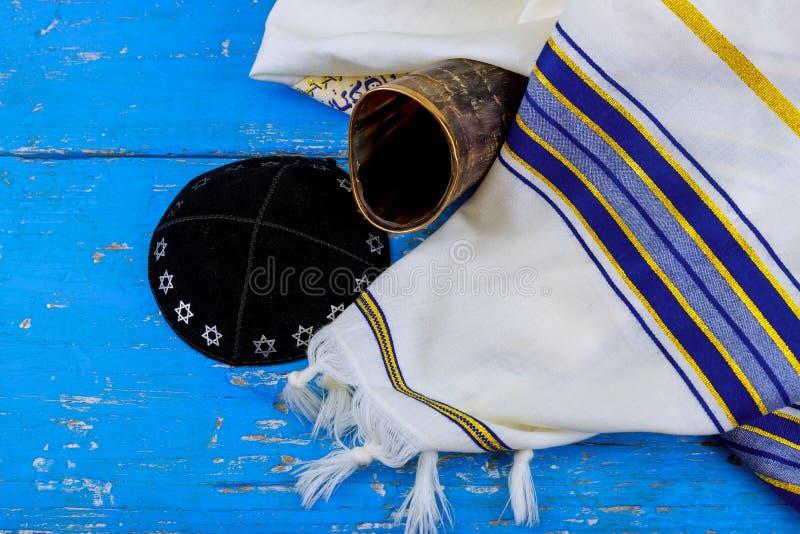 羊角号ram& x27; s垫铁和tallit - rosh hashanah与Kippah和Talith的jewesh假日 免版税库存图片