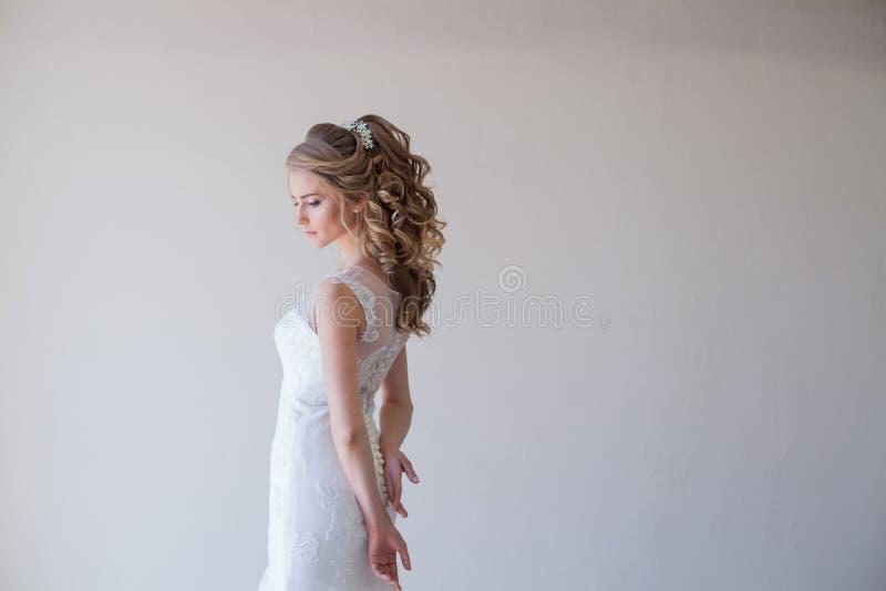 美丽一套白色礼服的婚礼礼服的女孩新娘 免版税库存照片