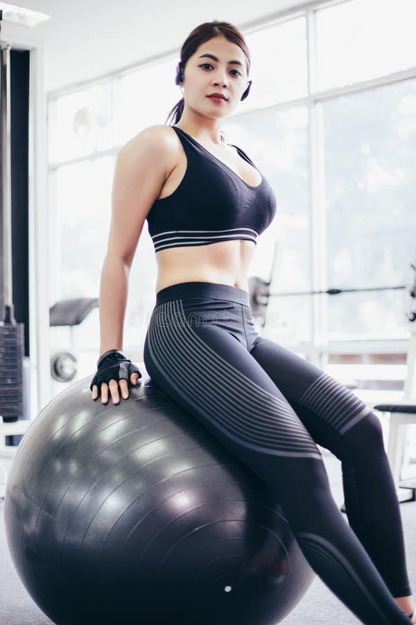 美丽亚裔的妇女,体育女孩做在fitball的锻炼 库存图片