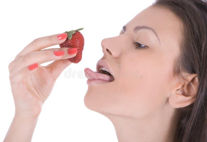 美丽享用草莓妇女年轻人 库存图片