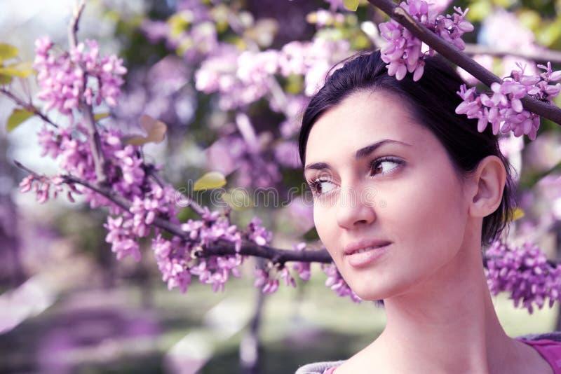 美丽作户外妇女年轻人 图库摄影