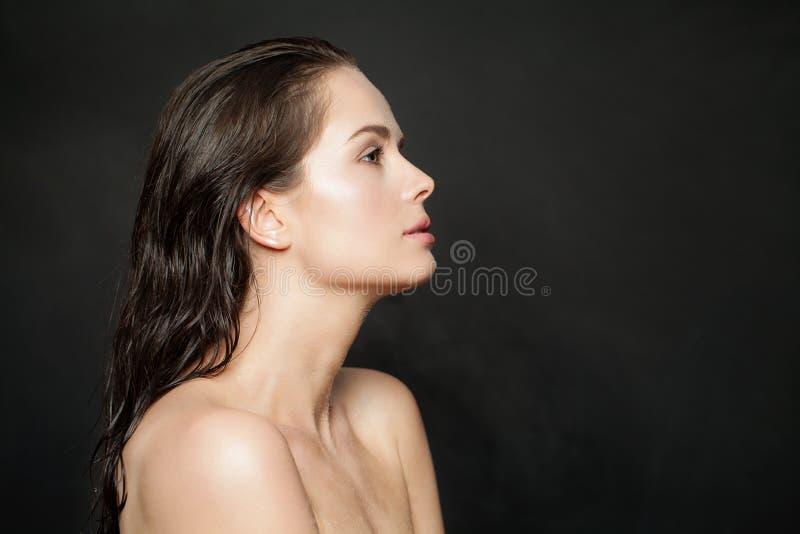 美丽健康womal与在黑背景的清楚的皮肤 Skincare和面部治疗概念 库存照片