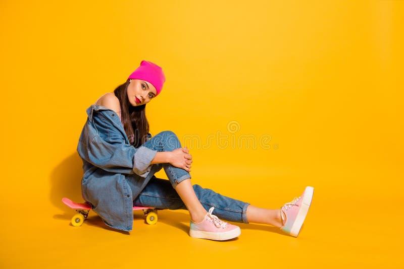 美丽全长旁边外形身体尺寸的照片她她的坐自己的冰鞋的夫人周末假期运动的时间 免版税库存照片