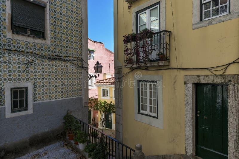 美丽和五颜六色的老大厦在Alfama邻里和塔霍河背景的在一个晴天 免版税库存图片