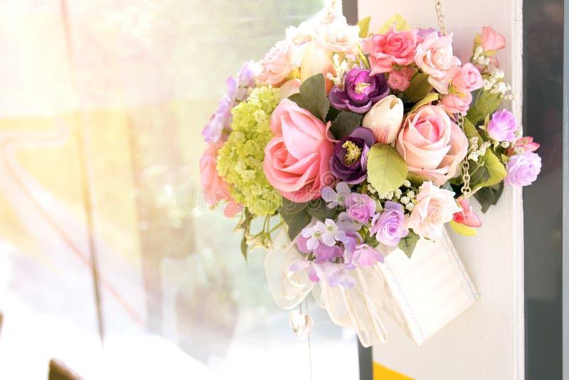美丽和五颜六色的花瓶塑料花 免版税库存照片