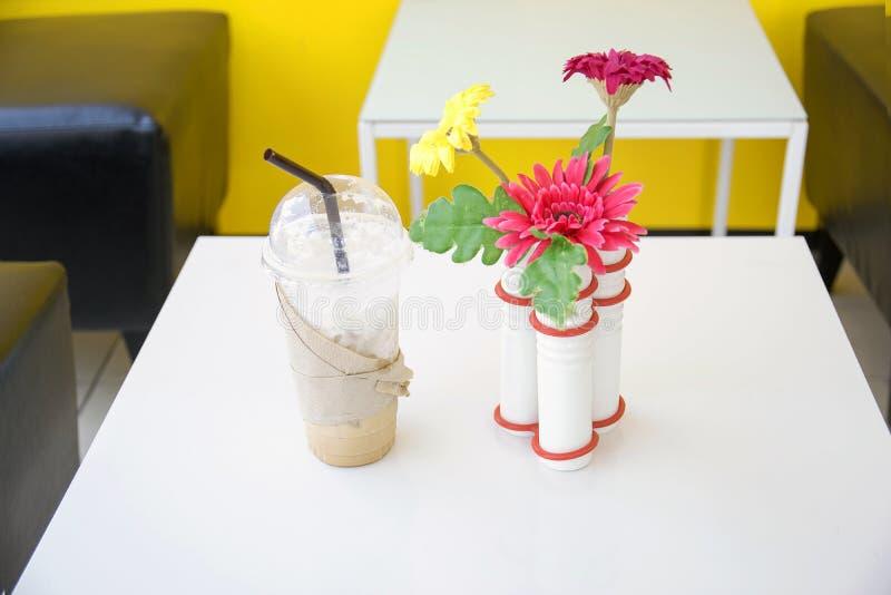 美丽和五颜六色的花瓶塑料花 库存照片