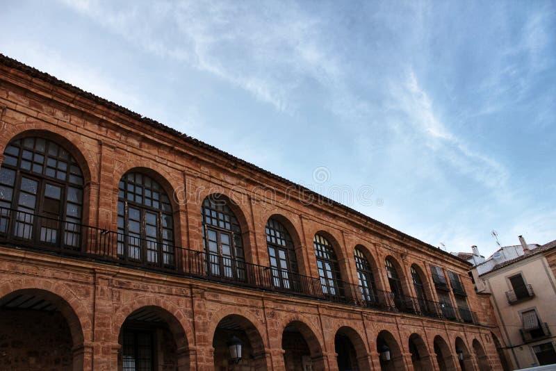 美丽和巨大门廊在阿尔卡拉斯街道的,卡斯提尔La Mancha地区新生房子里 库存照片