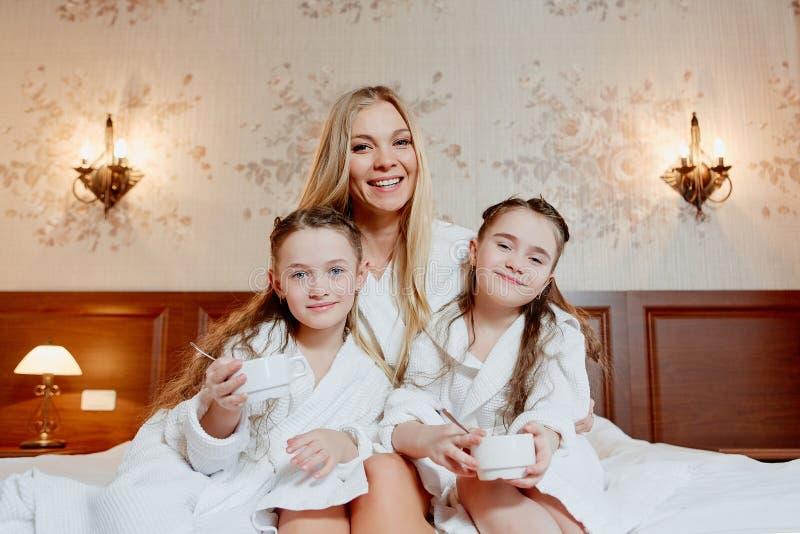 美丽和愉快的母亲和她的两女儿、容忍和la 免版税图库摄影