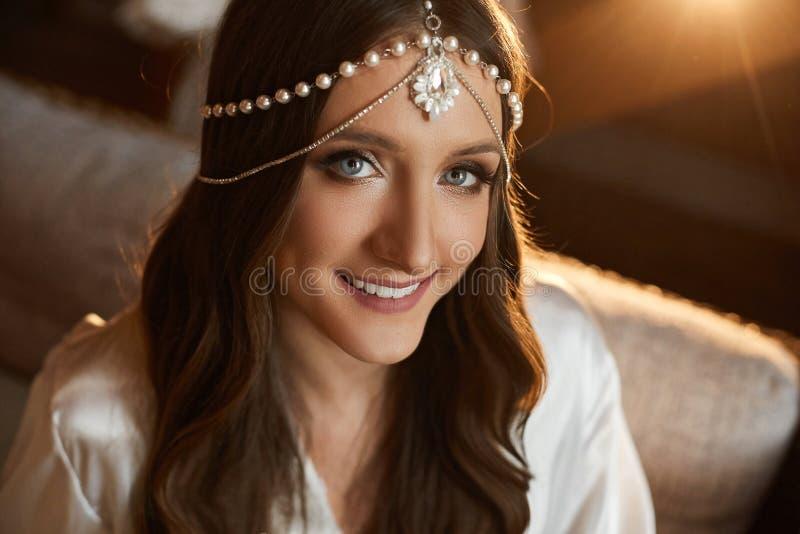 美丽和时兴的深色的式样女孩画象有蓝眼睛的,与在她的头的时髦首饰和与 免版税库存照片