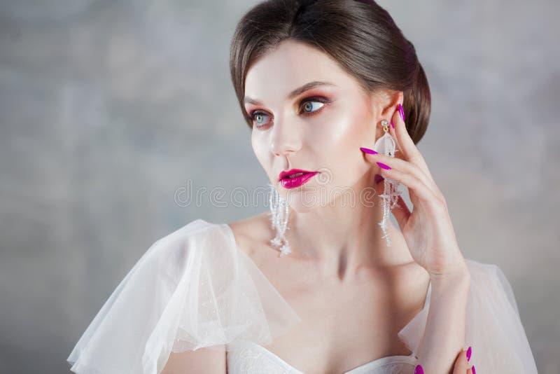 美丽和时髦的新娘特写镜头画象婚礼礼服的 库存照片