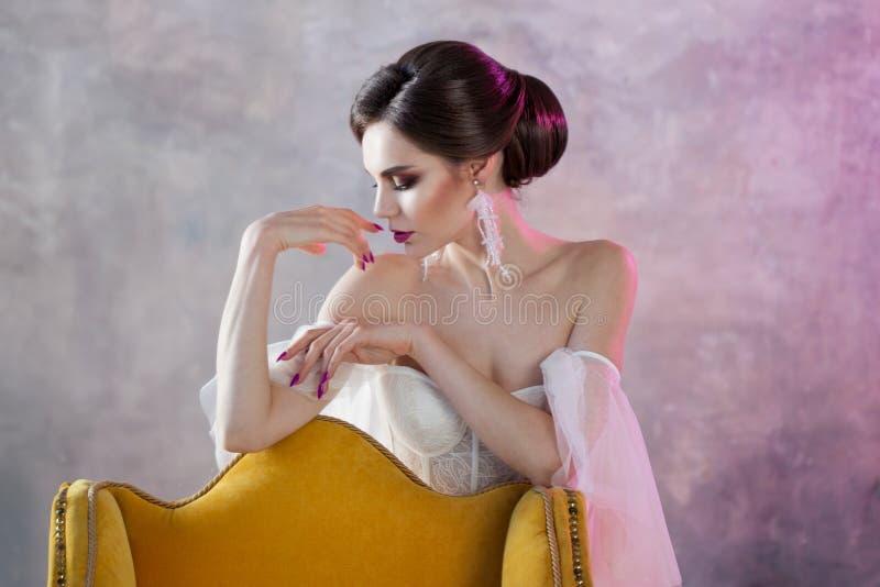 美丽和时髦的新娘特写镜头画象婚礼礼服的 免版税库存图片