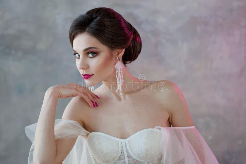 美丽和时髦的新娘特写镜头画象婚礼礼服的 图库摄影