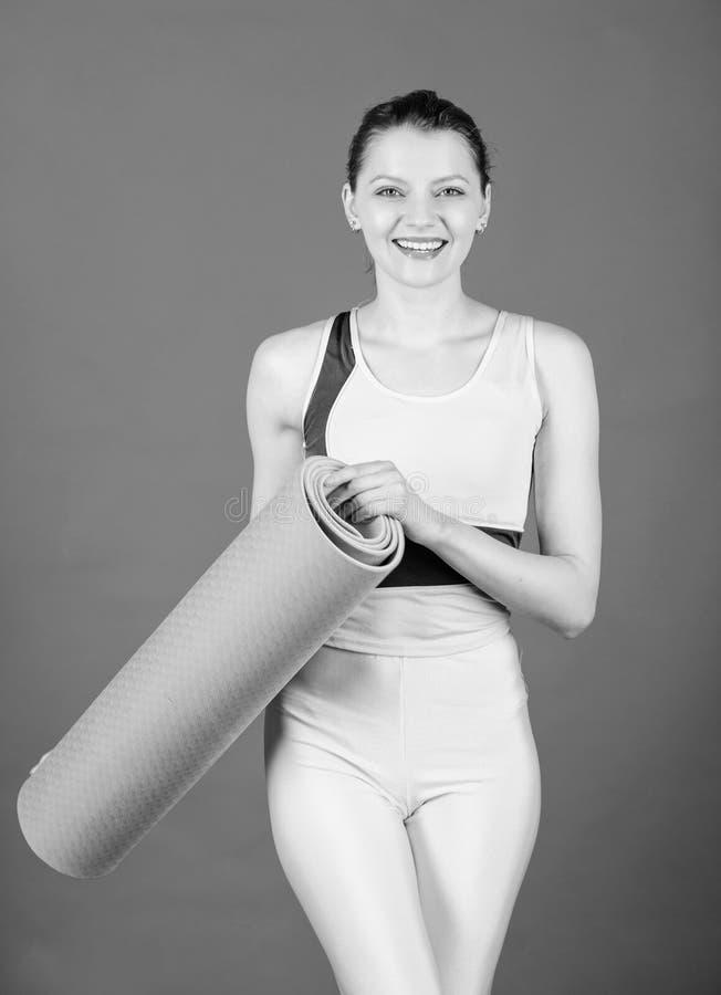美丽和灵活 r i 与健身席子的愉快的妇女锻炼 运动的妇女 免版税库存照片