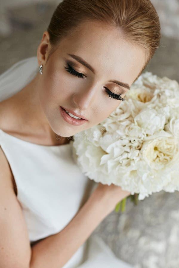 美丽和肉欲的白肤金发的式样女孩画象有闭合的眼睛和专业构成的-新娘` s早晨 库存照片