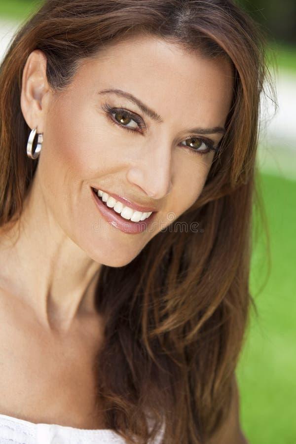 美丽她微笑的三十妇女年轻人 图库摄影