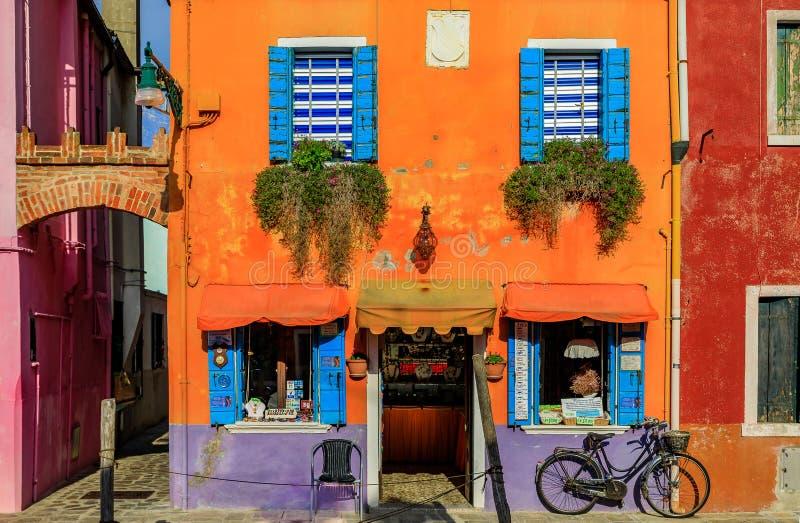 美丽如画和五颜六色的房子在威尼斯Ita附近的Burano海岛 免版税库存照片