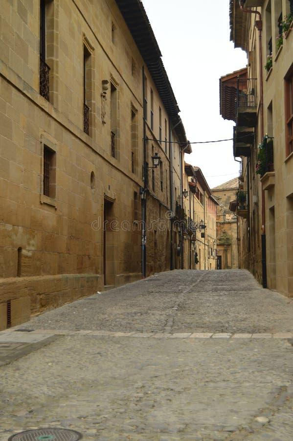 美丽如画和狭窄的街道在一多云天在Briones 建筑学,艺术,历史,旅行 库存照片