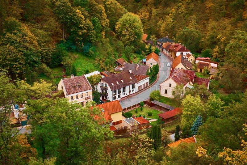 美丽如画的乡村房子风景风景视图山森林谷的在日落的秋天 五颜六色的乡下 图库摄影
