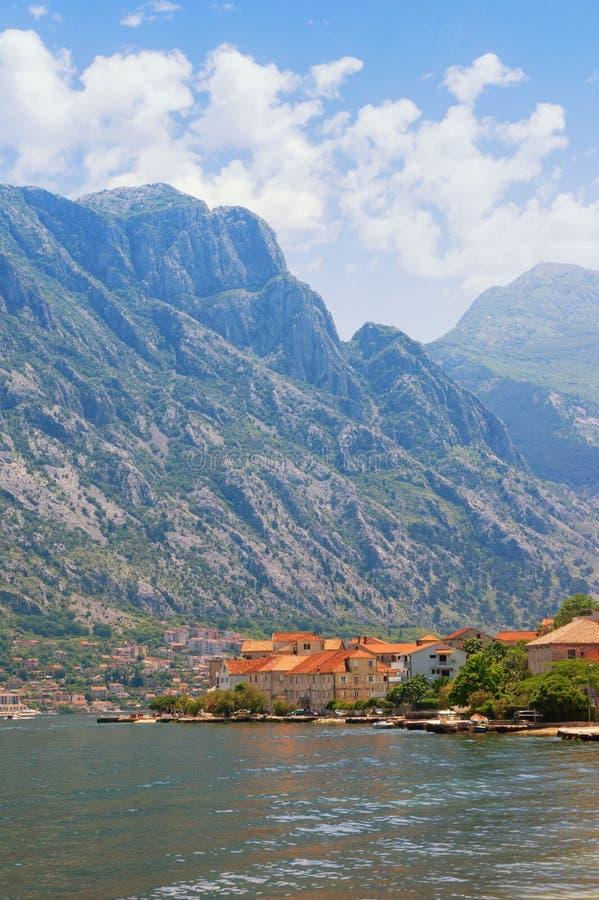 美丽如画的地中海风景-山、海和一小镇有红色屋顶的在山的脚 ?? 免版税库存图片