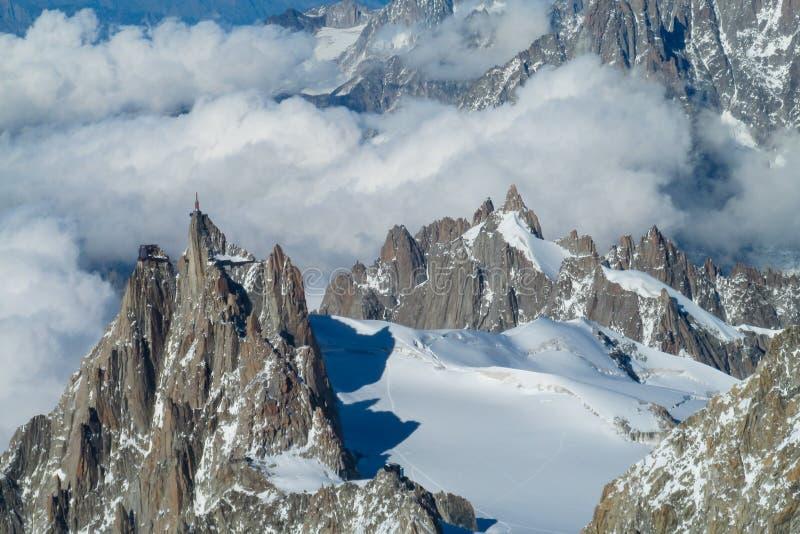 美丽如画的山观点向南针峰在阿尔卑斯 免版税库存图片