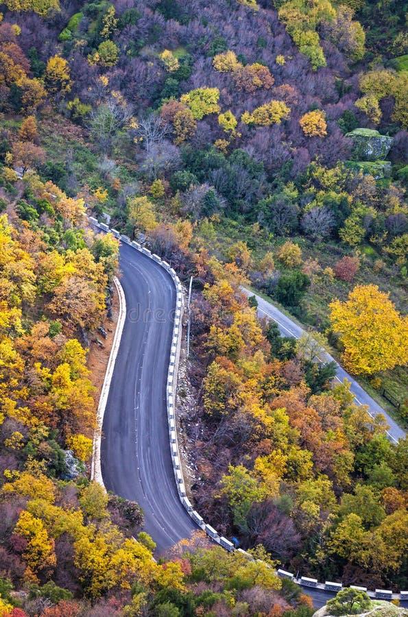 美丽如画的山路在秋天 希腊meteora岩石 库存照片