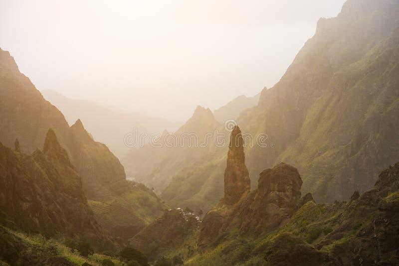 美丽如画的峡谷Ribeira da用沙子尘土盖的Torre山剪影带来从撒哈拉大沙漠 甘蔗,咖啡 免版税库存照片