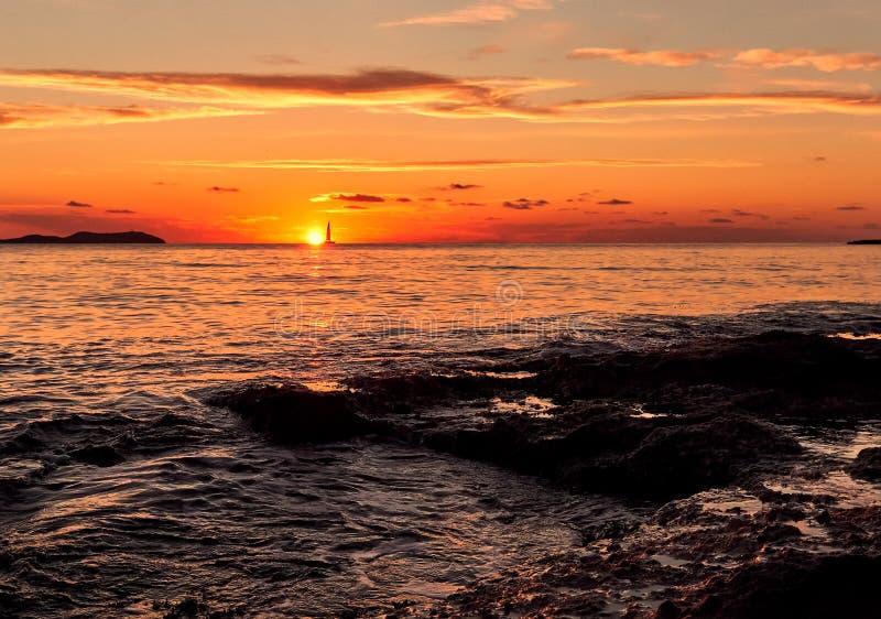 美丽如画的明亮的日落在伊维萨岛海岛 达成协议色greyed的区拜雷阿尔斯夹子包括海岛映射路径替补被遮蔽的状态周围的领土对植被 库存图片
