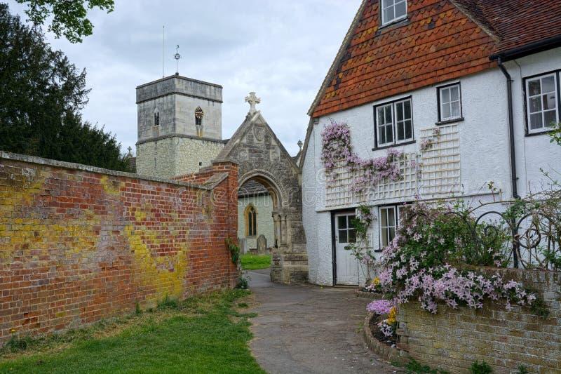 美丽如画的村庄&圣迈克尔斯教会,Betchworth,萨里, 免版税库存图片
