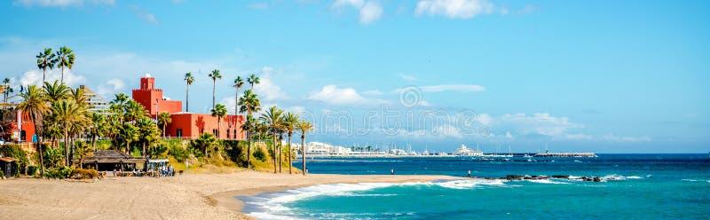 美丽如画的海岸在Benalmadena镇 马拉加,安大路西亚,西班牙 免版税库存图片