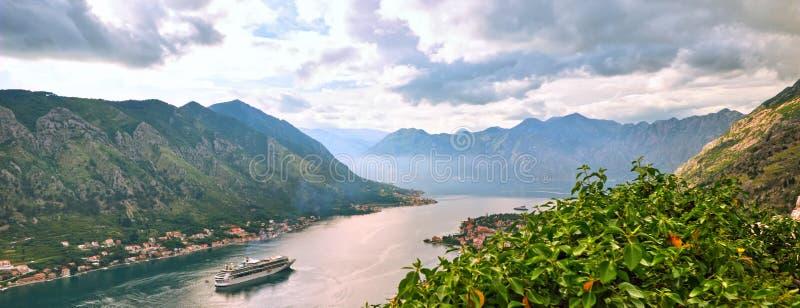 美丽如画的海观点的博卡队Kotorska,黑山,科托尔老镇 从空气的射击,从山设防,广角,日落 免版税库存图片