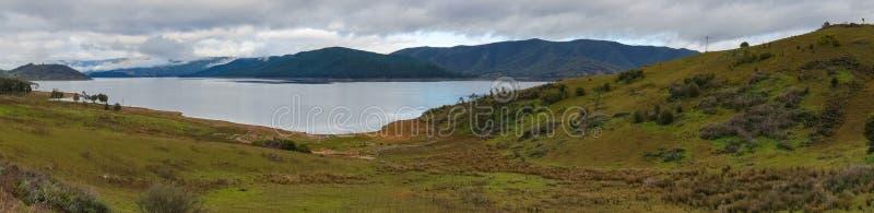 美丽如画的湖和森林全景包括山 免版税库存图片