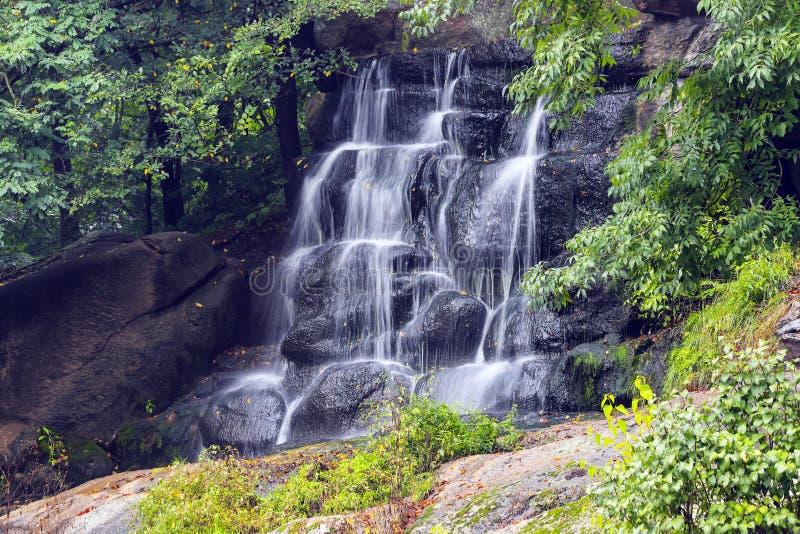 美丽如画的瀑布在索菲娅公园在秋天,乌曼,乌克兰 库存图片