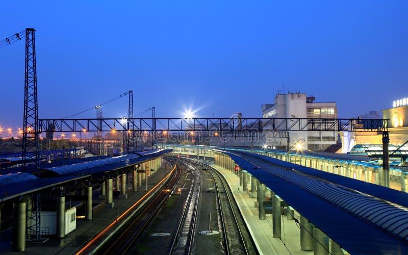 美丽如画的火车站在Dnipro市在晚上,乌克兰 图库摄影