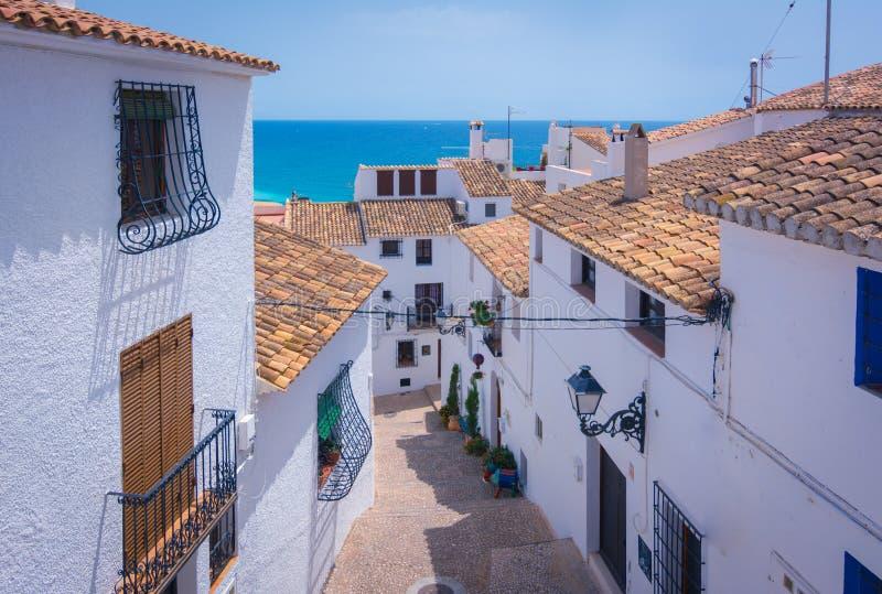 美丽如画的狭窄的街道在阿尔特阿,阿利坎特,西班牙白色村庄  库存照片