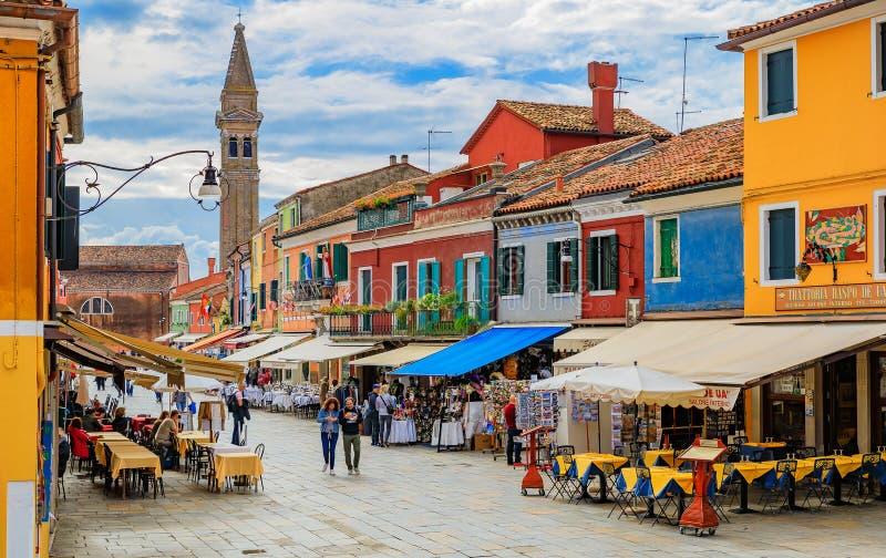 美丽如画的运河和五颜六色的房子在Veni附近的Burano海岛 免版税库存照片