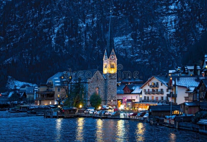 美丽如画的镇Hallstatt在冬天 免版税库存图片