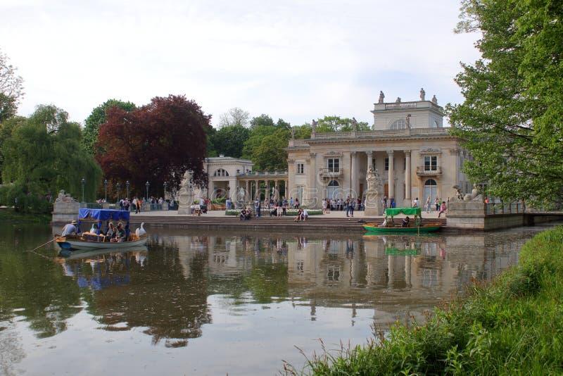 美丽如画的长平底船在Kralevski Lazienki公园 图库摄影