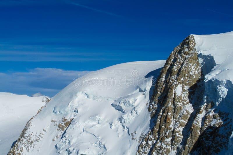美丽如画的雪山观点向在夏慕尼勃朗峰法国人阿尔卑斯 免版税库存照片