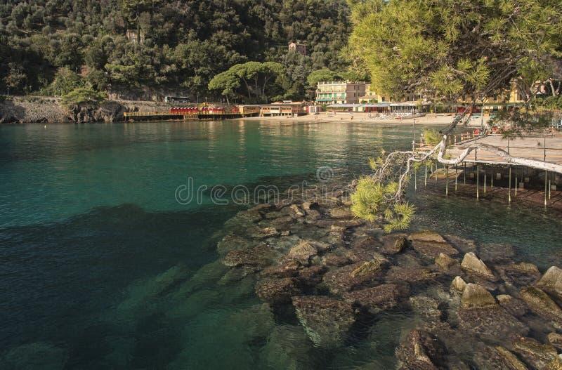 美丽如画的风景江边在Paraggi,意大利 免版税图库摄影