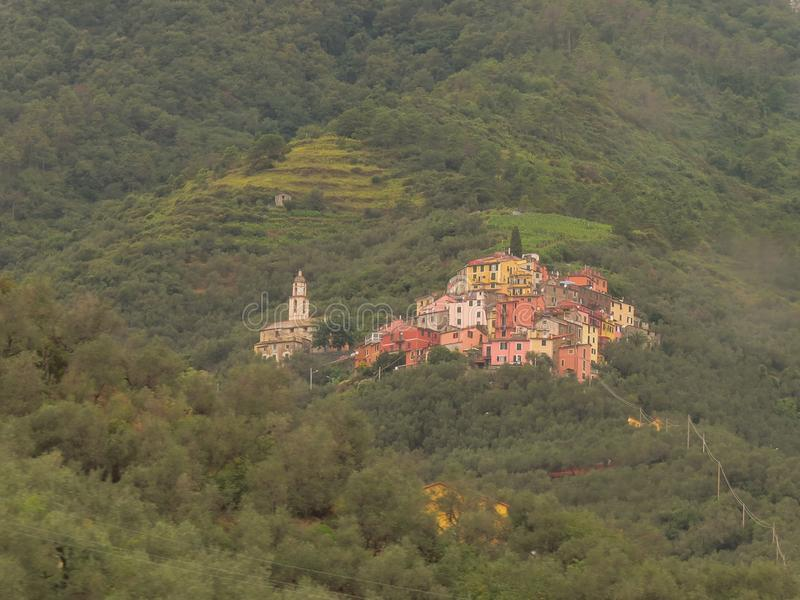 美丽如画被弄脏的绿色背景的一点镇 位于小山,在Cinque土地国立公园附近 库存照片